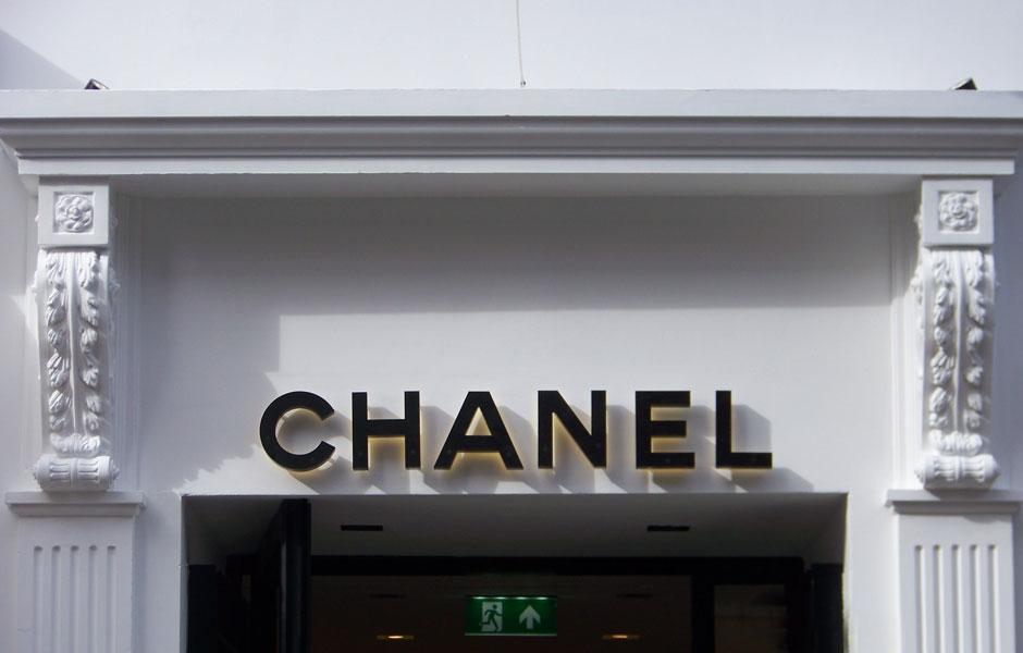 Chanel Overdoor; corbels & flat fluted pilasters to doorway 2